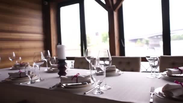 talíře se spotřebiči na stole v restauraci