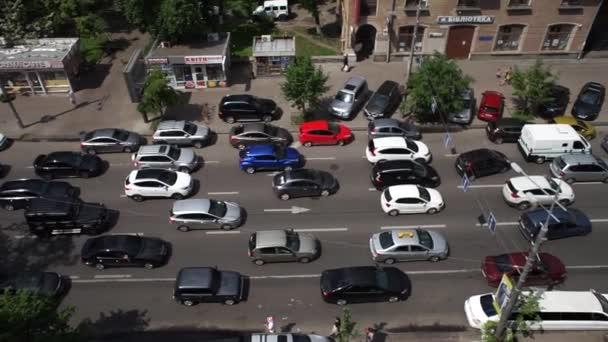 dopravní zácpa ve městě a spousta aut