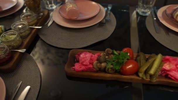 jídlo na talíři v restauraci
