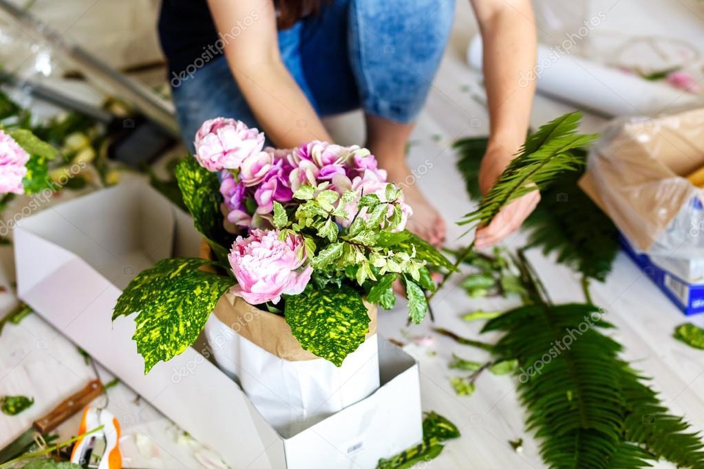 Floristen machen ein Blumenarrangement von weißen Blüten und ...