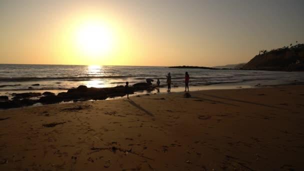 Familie Sonnenuntergang Silhouetten auf Palos Verdes White Point Beach Kalifornien