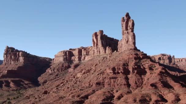 Valley Of the Gods Aerial Shot of Desert Canyon Orbit Jobb oldali