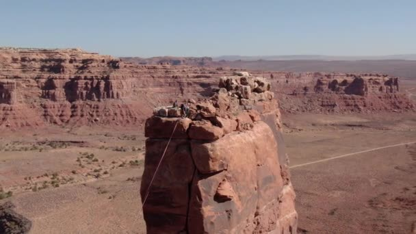 Sziklamászók Aerial Shot Valley Of The Gods sivatag Canyon Orbit balra