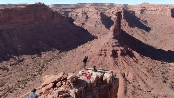 Sziklamászók Aerial Shot Valley of the Gods Sivatagi kanyon FLy over Tilt