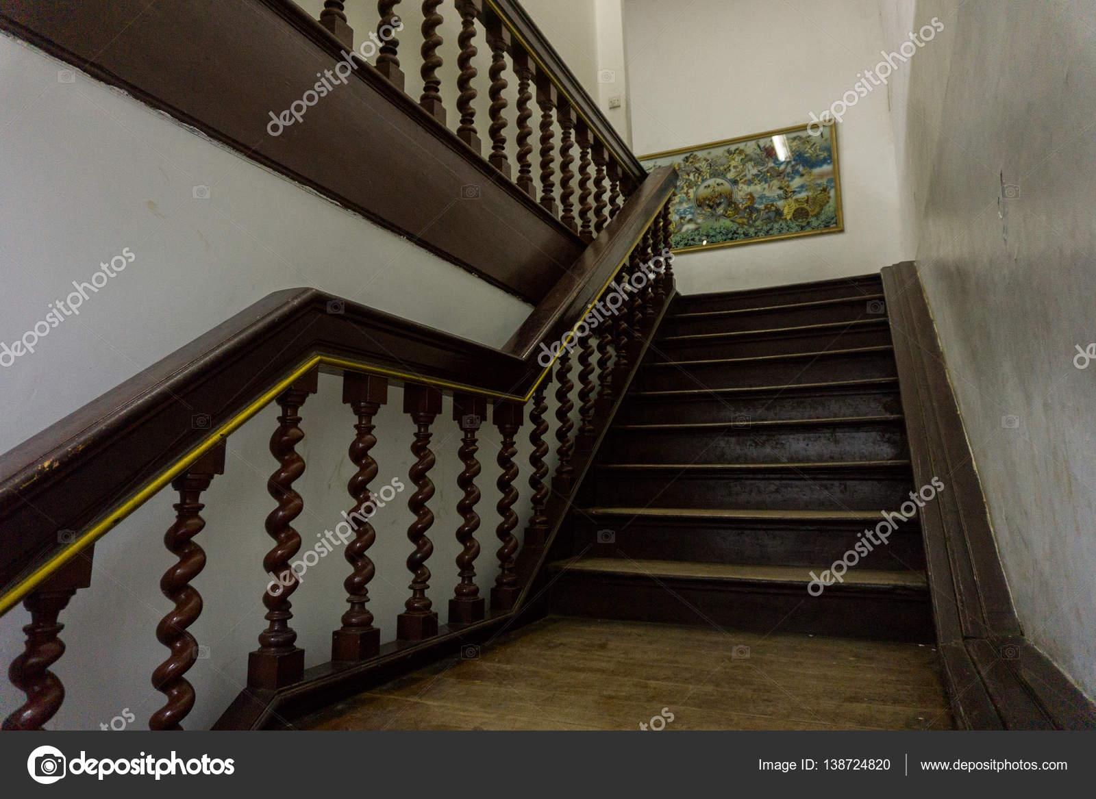 Klassische Treppen eine klassische treppen aus alten holz foto in kota tua jakarta