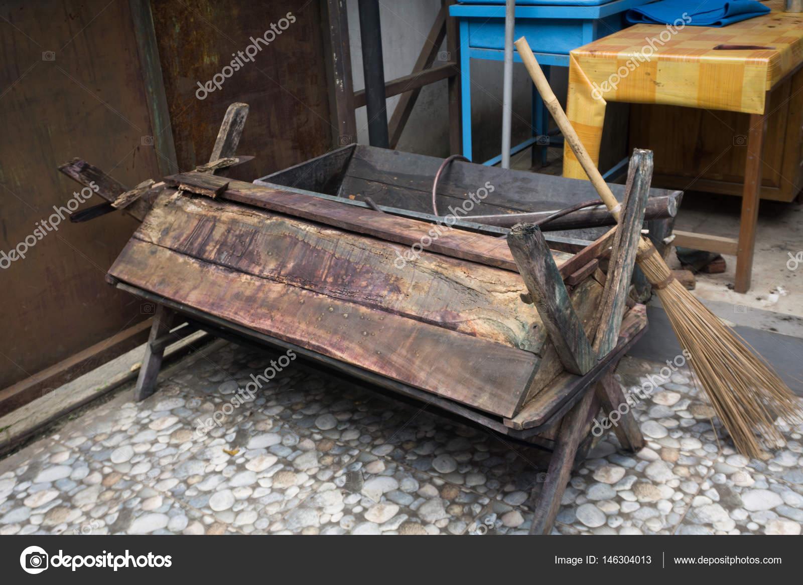 Bad Tafel Hout : Een bad van hout gemaakt voor batik verwerking met bezem stick en