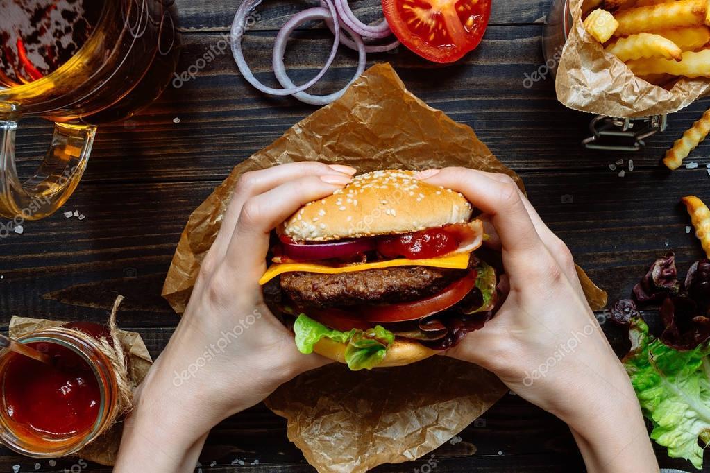 slamme eating fast food - 1200×766
