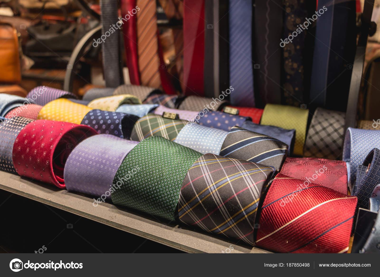 Shop-Schaufenster, das italienische Krawatten und Accessoires ...