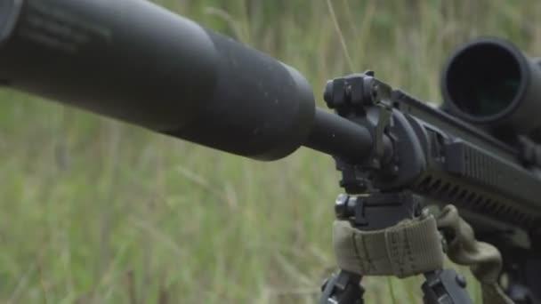 fekete mesterlövész puska van a földön a fűben. Airsoft fegyverek