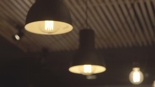 Lámpák a mennyezeten. A fény a helyiségben