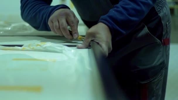 Maestro di uomo produzione mobili raccoglie porte interne — Video ...