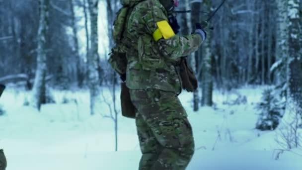 a téli erdőben katonai fegyverek