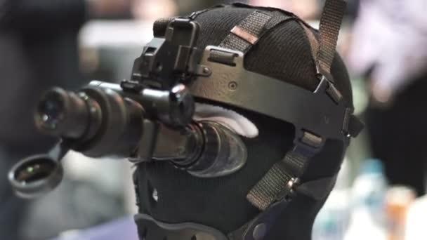 Nachtsichtgerät auf demonstration prüfpuppe. nachtsichtgerät für