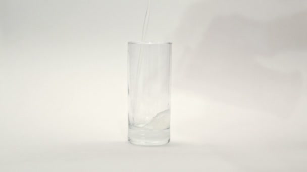 Ovocný nápoj nalije do skleněné odměrky. Sklenice s kompotem. Sklenice s džusem