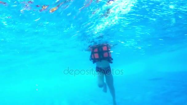 Kinder im Schwimmbad Unterwasser-Blick. Kleiner Junge schwimmt im Wasserbecken