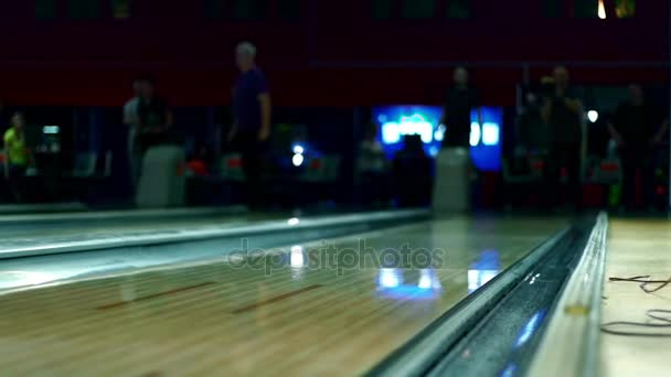 Bowlingové koule na dřevěné bowlingu Zpomalený pohyb.