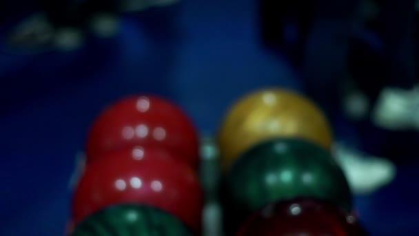 Bowlingové koule v misce výtah. Vícebarevná bowlingové koule