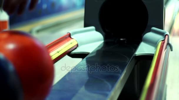 Barevné bowlingové koule na vrácení stroje Zpomalený pohyb