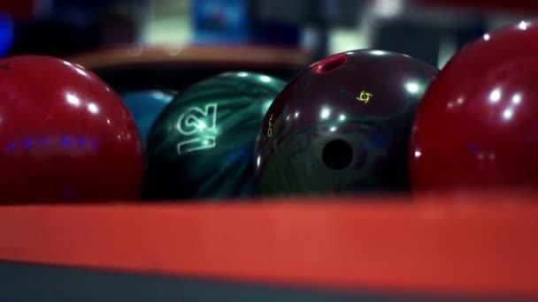 Barevné koule bowling v bowling Clubu zblízka