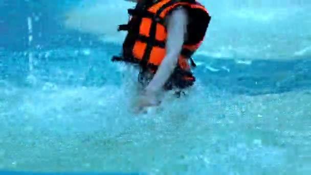 Kinder spielen im Wasser-Schwimmbad-Slow-Motion. Kind im Schwimmbad