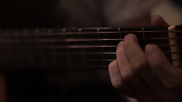 Musicista chitarrista che gioca sulla chitarra acustica. Riproduzione di musica per chitarra