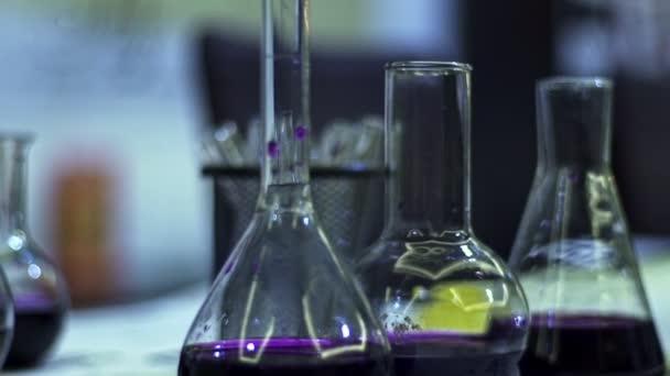 Flüssigreagenzien violett in einem Glaskolben. chemische Forschung