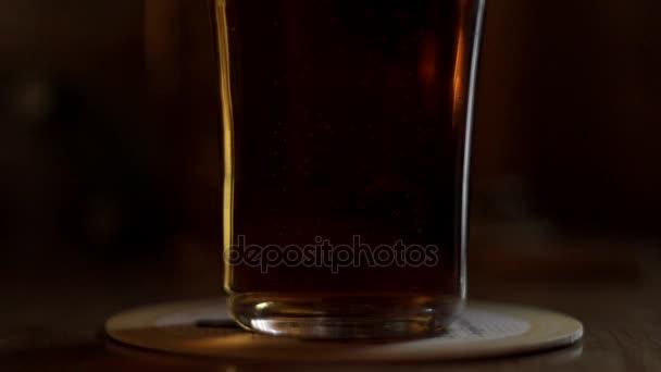 A levegő buborék a sör üveg állva a táblázat. Friss sör üveg táblázat bár pub