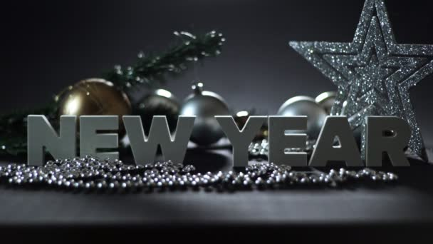 Složení nového roku a sváteční dekorace, věnec a koule na vánoční stromeček