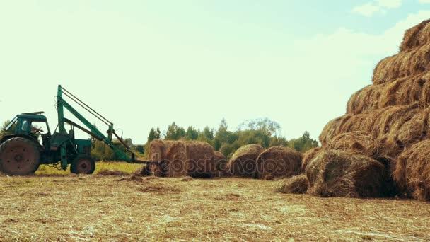 Zupełnie nowe Ciągnikiem rolniczym transportu słomy toczy się na wsi pola RQ82