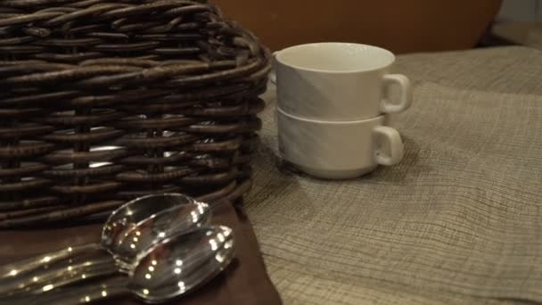 Slouží nádobí nádobí polévkové talíře, lžíce a chléb stojící koš na stůl