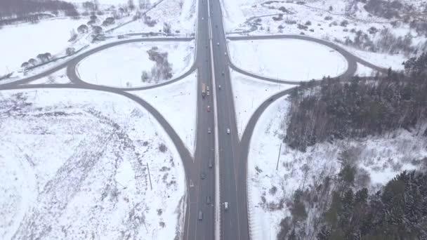 DRONY zobrazení osobních a nákladních automobilů na zimní dálniční křižovatka