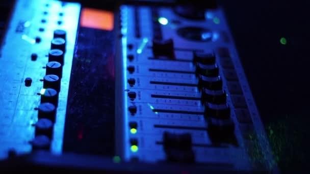 Professzionális hang berendezésre, a keverés és rögzítse a zene este fél dance club. Zene-felszerelés és Dj konzol színes fény nightclub. Közelről lemezlovas panel és a keverő deck.