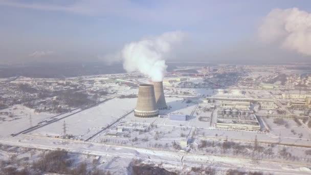 Schornstein auf Fabrik im Winter Drohne Ansicht das Rauchen. Aerial ...
