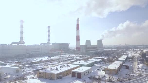 Průmyslové oblasti a kouření komín na elektrárny v městě letecké krajině. Staks kouř z kotle trubky na teplárnu DRONY pohled. Kouřové emise z výroby trubek