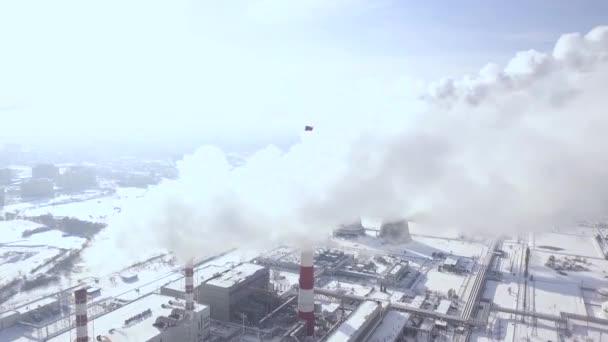 Letecký pohled na kouř mraky z kotle trubky v průmyslové oblasti. Kouří komín chemičky průmyslové město dron zobrazení. Zobrazit shora kouření komín na elektrárny