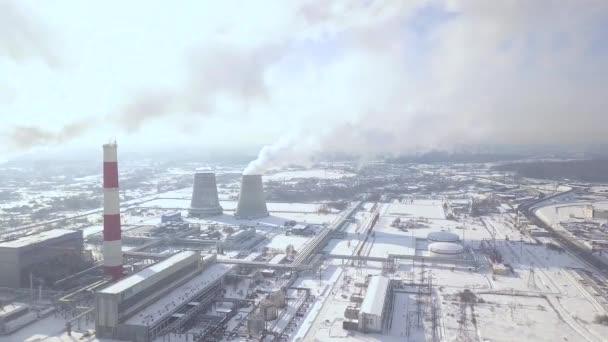Industriebetrieb und Rauchen Kamin im Winter Stadt Drohne anzeigen ...
