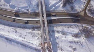 Drone weergave auto bewegen op moderne hangbrug in nacht stad met ...