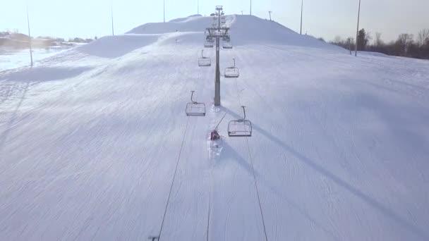 Lyžařský výtah pro dopravu lyžařů a snowboardistů ve sněžných horách v ski resort dron zobrazení. Lyžařský vlek s židlí na sněhu svah dron zobrazení.