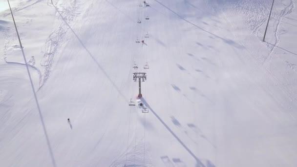 Lidé, lyžování a snowboarding na svahu sněhu v zimní lyžařské středisko. Lyžařský výtah snow mountain View DRONY. Zimní aktivity na letecký pohled na ski resort.
