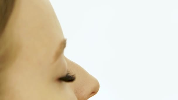 Rostro mujer de cerca durante las cejas maquillaje en estudio de ...
