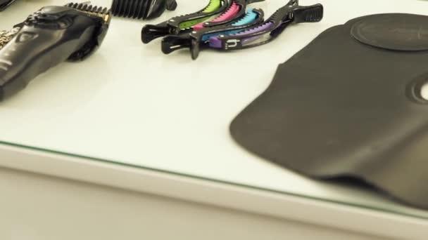 Hajvágó olló, hajvágó, frizurával, eszközök és tartozékok tábla fodrászat közelről. A munkaeszközök a fodrászat