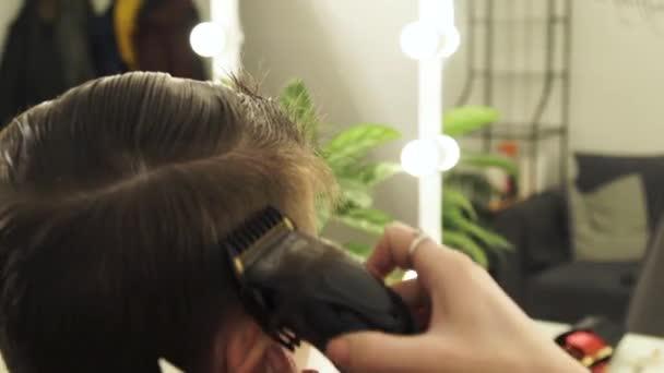 Taglio capelli uomo con rasoio elettrico