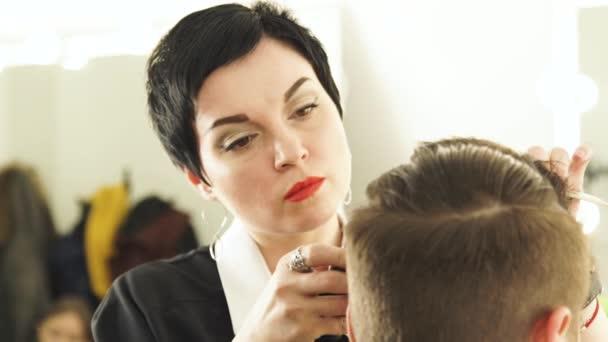 Cheveux Coupe Styliste Femme Chez Lhomme Avec La Tondeuse Et Peigne
