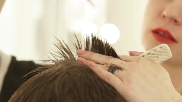 Hajvágás fodrász szalon professzionális ollóval közelről. Darabolás haj fodrász ollóval és hullámzást a fodrászat fodrász