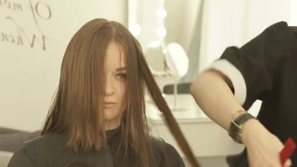 Fodrász kifésült haj és a vágás haj nő szépség Studio fodrászat ollóval. Közelről így női fodrász olló fodrászat, fodrász