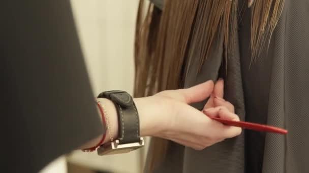 Női fodrász hajvágás kozmetika fodrászat ollóval tippek. Közelről nő fodrász fodrász szalon professzionális ollóval