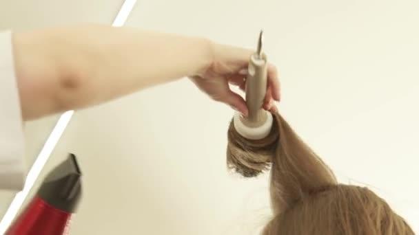 Friseur hairstyling langes haar mit el und trockner nach