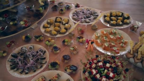 Verschiedene Snacks an der Hochzeitstafel, bewegt sich die Kamera