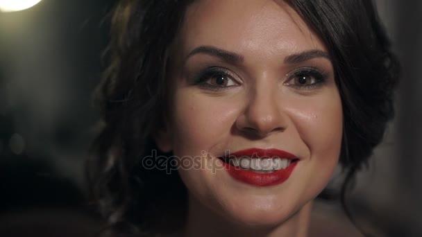 Portrét úžasné krásná dívka s červenými rty detail. Šťastná žena usměvavá bělostný úsměv