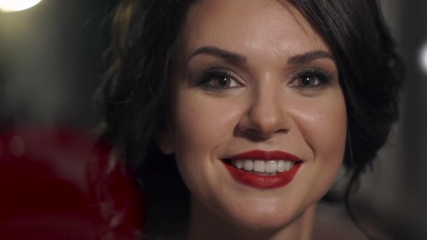 Portrét úžasné krásná dívka s červenými rty detail. Šťastná žena usměvavá bělostný úsměv.